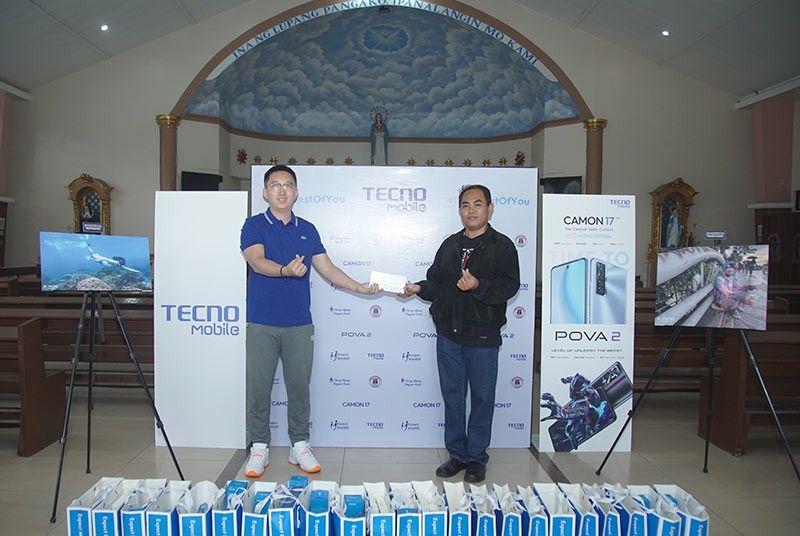 Pinarangalan ng TECNO Mobile ang Mga Lokal na Bayani Na May Cash, Mga Donasyon sa Telepono